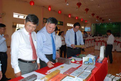 Phó TGĐ VRG Trần Công Kha (bìa trái) cũng lãnh đạo VRG tại Hội nghị Năng lực chế biến và nhu cầu tiêu thụ sản phẩm cao su thiên nhiên thương hiệu VRG Ảnh: Văn Vĩnh.