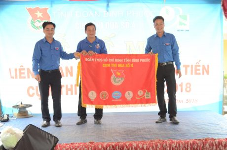 Anh Trần Quốc Duy - Bí thư tỉnh đoàn Bình Phước và Bí thư ĐTN cao su Đồng Phú trao Cờ cụm trưởng cho ĐTN cao su Lộc Ninh