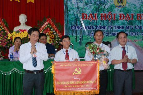 Đảng bộ công ty tặng bức trước nhân dịp CĐ công ty đại hội