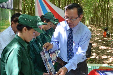 Ông Nguyễn Văn Thanh - TGĐ Công ty trao quà cho các công nhân có hoàn cảnh khó khăn