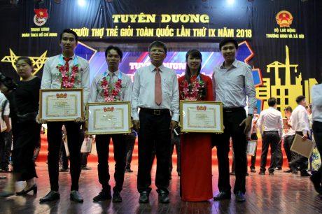 Ông Trần Công Kha (đứng giữa( - Phó TGĐ VRG chúc mừng ba ĐVTN VRG nhận giải thưởng