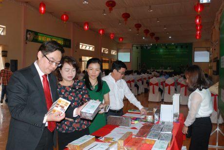 Ông Roger Lo – Giám đốc Kinh doanh Tập đoàn Sintex (ngoài cùng bên trái) xem sản phẩm CSTN thương hiệu VRG. Ảnh: Văn Vĩnh