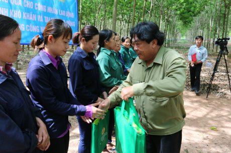 ông Phan Mạnh Hùng, Chủ tịch CĐCSVN,  trao quà Tháng CN cho CNLĐ