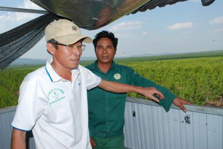 GĐ NT Trịnh Đình Luận thăm và động viên anh Siu Long trong giờ trực chống cháy.