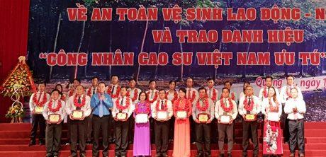 """237 cá nhân nhận danh hiệu """"Công nhân Cao su Việt Nam ưu tú"""" có nhiều công lao đóng góp cho sự phát triển của đơn vị."""