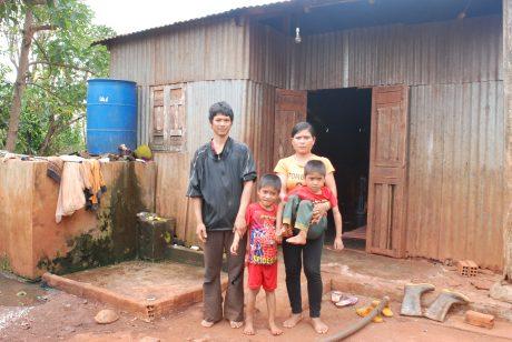 Gia đình Siu Thenh bên căn nhà tạm bố mẹ cho mượn.