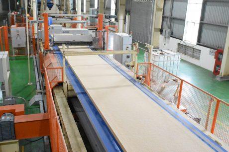 Sản xuất ván gỗ MDF có dây chuyền công nghệ, thiết bị hiện đại. Ảnh: Vũ Phong