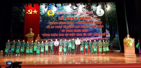 Công nhân khó khăn nhận quà tại buổi lễ trao danh hiệu Công nhân cao su VN ưu tú. Ảnh: Phi Long.