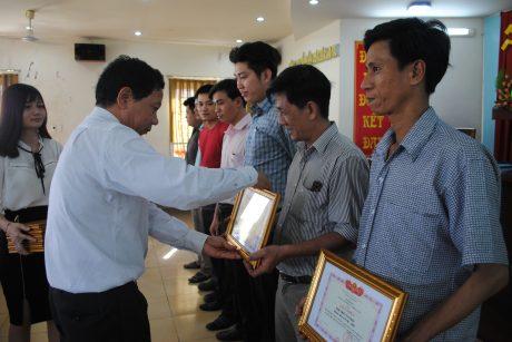 Ông Trần Bá Tước- Q. TGĐ công ty tặng bằng khen cho các cá nhân, tập thể