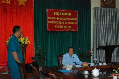 Phó chỉ huy trưởng báo cáo đồng chí bí thư Đảng bộ khi nhận được thông tin