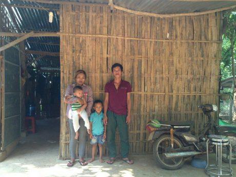 Gia đình anh Trường, chị Hằng trước căn nhà tre tạm bợ.