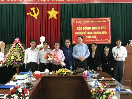 Ông Hà Văn Khương (thứ 4 từ phải sang)_TV HĐQT Tập đoàn CNCS VN. Chúc mừng ông Đặng Công Thoại (thứ 3 từ trái sang) và HĐQT công ty CPCS Sa Thầy