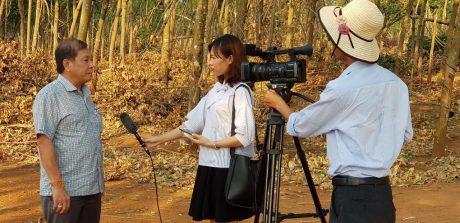 PV Quỳnh Mai (giữa) tác nghiệp tại Công ty CPCS Việt - Lào.