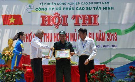 Lãnh đạo công ty trao giải nhất cá nhân