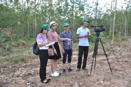 2 nữ PV của Tạp chí Cao su VN: Ngọc Cẩm và Quỳnh Mai (bên trái qua) trong chuyến tác nghiệp tại Công ty TNHH MTV Cao su Bình Thuận. Ảnh: Tùng Châu