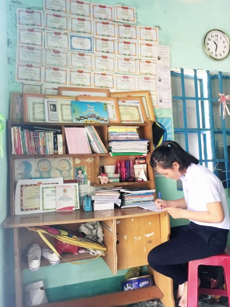 Tại góc học tập hàng ngày của Nguyễn Hòa Kim Thái có rất nhiều giấy khen.