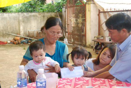 Ông Nguyễn Hữu Lợi - Phó TGĐ Công ty TNHH MTV Cao su Kon Tum và đại diện ĐTN công ty trao số tiền ủng hộ của CB.CNV – LĐ và bạn bè cho bà nội 2 cháu Ngọc – Nam.