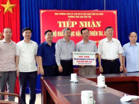 Đồng chí Hứa Ngọc Hiệp – Phó Tổng giám đốc VRGcùng đại diện các Công ty Cao su trao số tiền 100 triệu đồng cho tỉnh Lai Châu