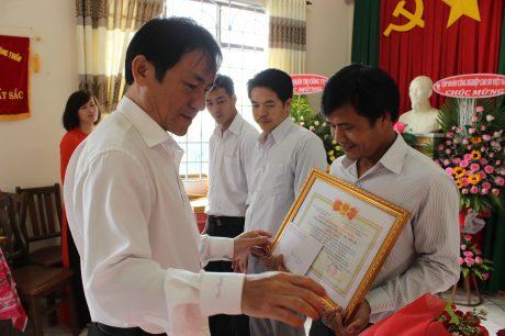 Ông Đỗ Hữu Phước - Chủ tịch HĐQT công ty trao thưởng cho các cá nhân