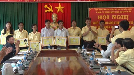 Trao thưởng cho các tập thể hoàn thành kế hoạch 6 tháng đầu năm