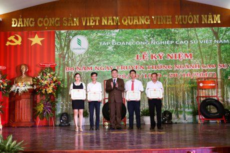 CTV Hoàng Đỗ Phương Hồng Hạnh (bìa trái ) và Nguyễn Củ Cải (bìa phải) nhận giải cuộc thi Màu xanh tôi yêu do Tạp chí Cao su VN tổ chức. Ảnh: Tùng Châu.