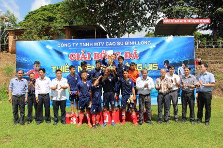 Lãnh đạo Công ty và các đơn vị cơ sở chúc mừng chức vô địch với đội bóng đá U15 Nông trường Đồng Nơ.