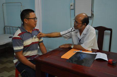 Bác sỹ Bệnh viện Đa khoa Cao su Phú Riềng khám bệnh cho NLĐ.