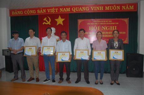 Chủ tịch Công đoàn công ty Lê Huy Phu tặng giấy khen cho các tập thể có thành tích trong hoạt động CĐ 6 tháng đầu năm 2018.