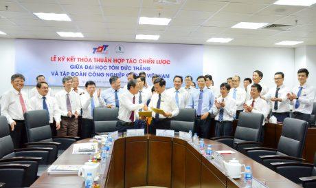 Chủ tịch HĐQT VRG Trần Ngọc Thuận trao đổi biên bản ký kết hợp tác với GS. TS Lê Vinh Danh – Hiệu trưởng Trường Đại học Tôn Đức Thắng