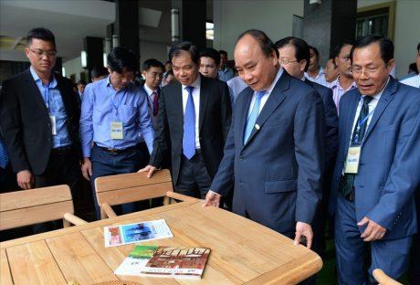 Thủ tướng Chính phủ Nguyễn Xuân Phúc cùng lãnh đạo các Bộ, ngành tham quan một gian hàng ngành gỗ tại Hội nghị. Ảnh: Báo Lao Động