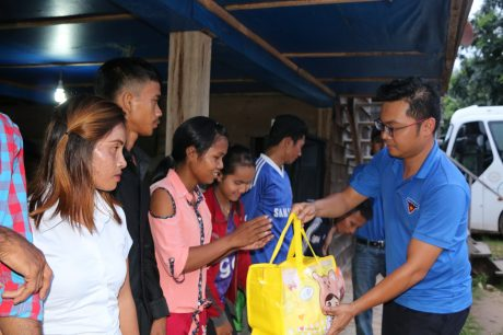 Đ/c Lê Anh Dũng - Phó Bí thư ĐTN VRG trao quà cho công nhân Cao su Đồng Nai - Kratie