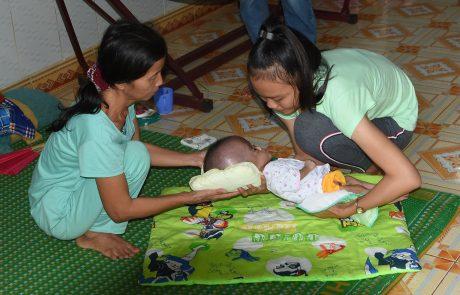 Cháu Phạm Hoài Em 8 tháng tuổi nhưng chỉ nặng hơn 4kg.