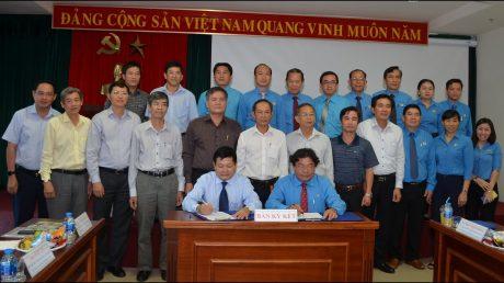 TGĐ VRG Huỳnh Văn Bảo và Chủ tịch CĐ Cao su VN Phan Mạnh Hùng ký kết Quy chế phối hợp giai đoạn 2018 – 2023. Ảnh: Đào Phong