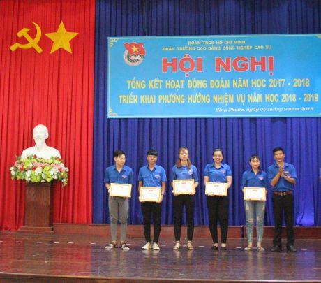 Đồng chí Hà Duy Khánh –trao giấy khen của BCH đoàn trường cho các cá nhân và tập thể có thành tích xuất sắc trong hoạt động đoàn năm học 2017 – 2018.