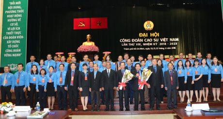 Chú thích ảnh: BCH Công đoàn CSVN khóa VIII, NK 2018 – 2023 và đoàn đại biểu đi dự Đại hội Công đoàn Việt Nam lần thứ XII ra mắt đại hội. Ảnh: Tùng Châu.