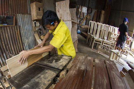 Nguồn cung ứng nguyên liệu cho ngành gỗ hiện nay đang hạn chế. Ảnh: Bùi Viết Đồng