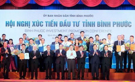 Thủ tướng Nguyễn Xuân Phúc, nguyên Chủ tịch nước Nguyễn Minh Triết và lãnh đạo tỉnh Bình Phước trao giấy chứng nhận đầu tư cho các DN.
