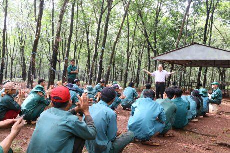 Ông Đặng Văn Lệ - Phó Chủ tịch Công đoàn Công ty CPCS Đồng Phú thăm hỏi, động viên và hát tặng CNLĐ tại vườn cây.