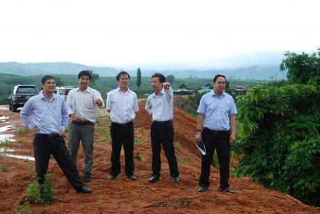 Phó TGĐ VRG Trương Minh Trung (bên phải) cùng đoàn công tác khảo sát thực địa xây dựng Làng CN cao su tại NT Suối Cát, Công ty CPCS Sa Thầy.