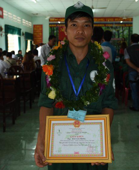 Đào Văn Phong hạnh phúc với giải nhất Hội thi Bàn tay vàng khai thác mủ cao su Tân Biên năm 2018.