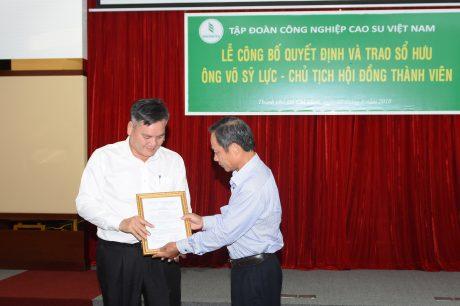 Ông Trần gọc Thuận - Bí thư Đảng ủy  Chủ tịch HĐQT VRG trao quyết định nghỉ hưu cho Ông Võ Sỹ Lực