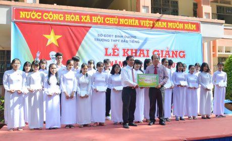 Ông Nguyễn Thanh Được - Giám đốc công ty CP gỗ Dầu Tiếng ( khối trưởng khối thi đua 14) trao 30 suất học bổng tại trường PTTH Dầu Tiếng