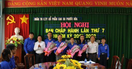 Lãnh đạo Công ty và thường trực tỉnh Đoàn tặng hoa chúc mừng các đồng chí trúng cử vào chức vụ Bí thư, Phó Bí thư, UV BCH ĐTN Công ty nhiệm kỳ 2017 – 2022.
