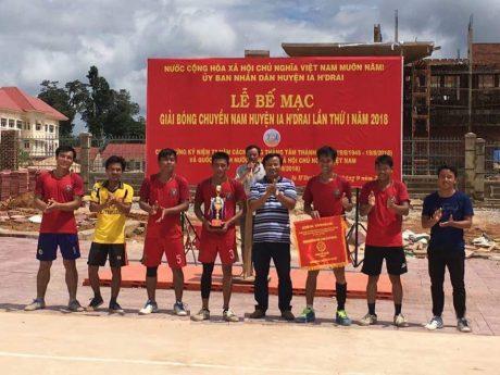 Lãnh đạo UBND huyện Ia H'Drai (thứ 4 từ phải sang), trao cúp vô địch cho đội BC nam Cao su Sa Thầy.