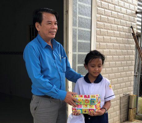 Ông Hoàng Đức Hải – Phó Chủ tịch Công đoàn TCT Cao su Đồng Nai tặng quà cho học sinh trước thềm năm học 2018 – 2019.