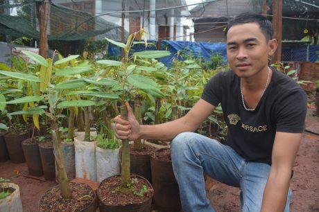 Lê Ngọc Thanh bên cây sầu riêng giống Musang King của Malaysia