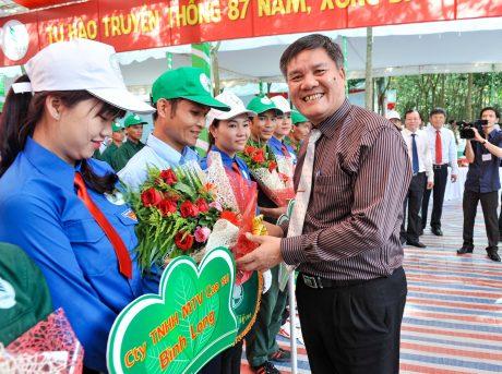 Ông Võ Sỹ Lực tặng hoa cho các đoàn thợ giỏi tại Hội thi Bàn tay vàng khai thác mủ ngành cao su năm 2016. Ảnh: Tùng Châu