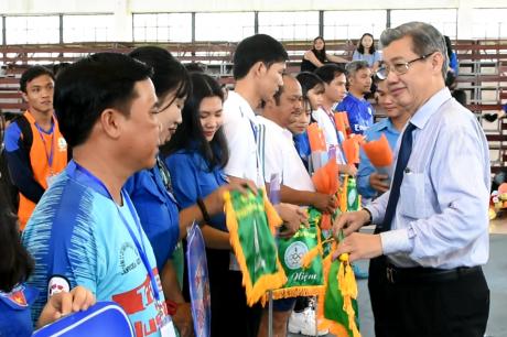 Ông Hứa Ngọc Hiệp - Phó TGĐ VRG - Trưởng ban tổ chức hội thao trao cờ lưu niệm cho các đoàn VĐV