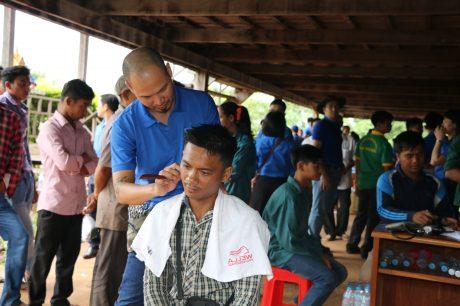 Đoàn tình nguyện cắt tóc miễn phí cho công nhân và bà con nơi đây.