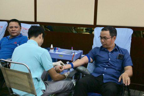 Lãnh đạo các đơn vị đến rất sớm để tham gia hiến máu